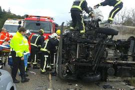 Un hombre resulta herido grave en un choque frontal entre un camión y un turismo en Palmanyola