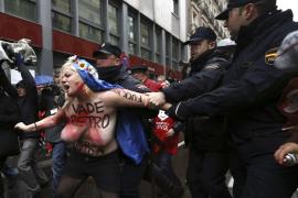 Detenidas cinco activistas de Femen por irrumpir semidesnudas en la marcha de Madrid