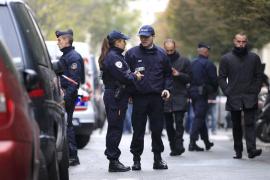 Un hombre armado pone en alerta París tras dos tiroteos y un secuestro exprés