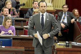 La oposición acusa a Bauzá de marcar la agenda del Parlament con sus viajes