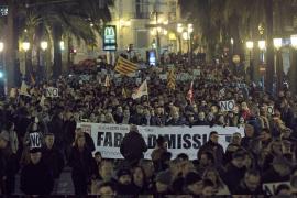 Una multitudinaria manifestación denuncia el «robo»  de la RTVV y pide la dimisión de Fabra
