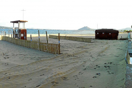 Instalan pantallas eólicas para frenar la pérdida de arena en la playa de Tamarells
