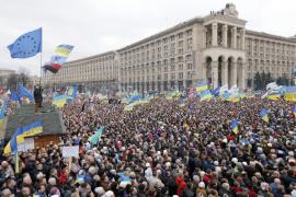 Decenas de miles de personas desbordan Kiev para exigir comicios anticipados