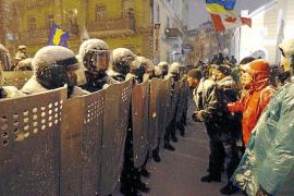 Yanukóvich abre una ventana al diálogo pero recurre a la mano dura