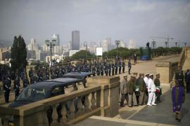 Los restos mortales de Mandela se encuentran ya en la capilla ardiente