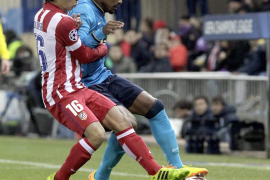 Raúl García, Diego Costa y los postes eliminan al Oporto (2-0)