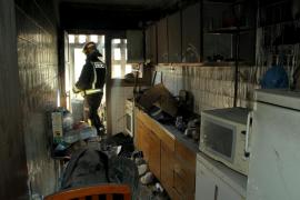 Dos personas heridas leves por inhalación  de humo en un incendio en una vivienda de Palma