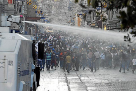 Interior compra un camión lanza agua contra los manifestantes