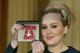 La cantante Adele recibe en el Palacio de Buckingham la Orden del Imperio Británico