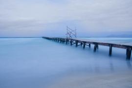 embarcadero sobre la playa de muro