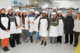 El Ajuntament implanta cursos de cocina para la reinserción laboral