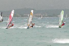 El vallado de es Barcarès reabre la guerra entre vecinos y surfistas de Alcúdia