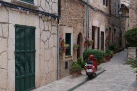 Vespa roja en un callejón de Valldemossa