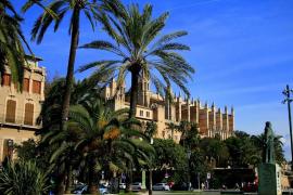 Ramón Llull y Catedral de fondo