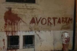 Pintada de las Brigades Feministes con sangre en el Bisbat por el aborto