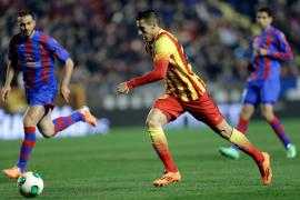 Un absurdo gol en propia puerta del Levante dio alas al Barcelona (1-4)