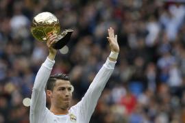 Cristiano ofrece el Balón de Oro al Santiago Bernabéu
