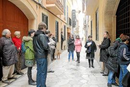 Un 'tour' por Ciutat escudriña los escenarios de 'Mort de dama'