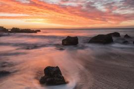 Viento en el amanecer en playa de Portals, Mallorca
