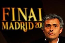 Mourinho y Van Gaal pujan por la corona del Barça