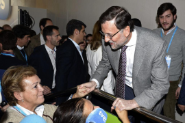 Rajoy promete ante el PP bajadas sucesivas de impuestos desde 2015