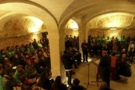 Una protesta silenciosa marca la apertura de la Institució Alcover