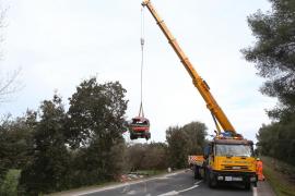 Un camión de reparto de gasoil pierde parte de su carga tras volcar en Costitx