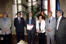 PALMA - REUNION DE LA PRESIDENTA DEL PARLAMENT, AINA RADO CON PERE ANTONI MAS, SINDICS MAYOR.