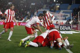 El Atlético sucumbe al infortunio y se deja el liderato en Almería