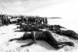 Una veintena de personas se desnudan para protestar contra las prospecciones