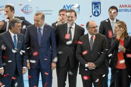 Rajoy acaba en un mitin islamista tras inaugurar una línea de metro en Ankara