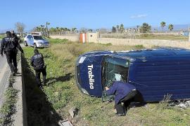 Rescatan a un conductor atrapado al volcar su furgón en s'Aranjassa