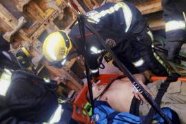 Dos operarios heridos al caer desde cuatro metros de altura en un encofrado de Alcúdia