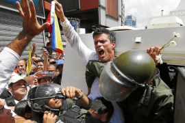 El líder opositor Leopoldo López se entrega a la policía en Venezuela