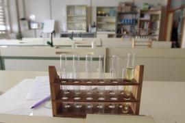 Tres alumnos y una profesora, ingresados tras inhalar bromo accidentalmente en una clase de química
