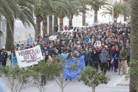 Unas 500 personas se manifiestan en Maó