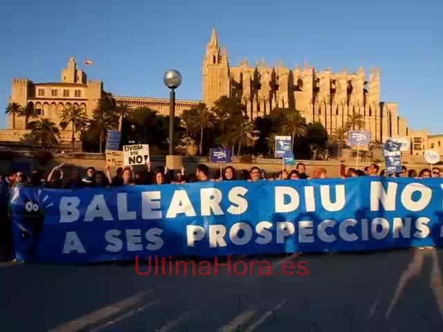 Una marea azul de miles de personas clama contra los sondeos en Balears