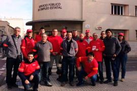 Trabajadores de Coca-Cola en Palma escenifican su paso a las listas del paro