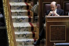 Rajoy certifica el fin de la crisis y Rubalcaba le echa en cara las desigualdades