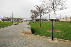La policía evita que dos hombres maten a un mendigo a machetazos en un parque de Palma
