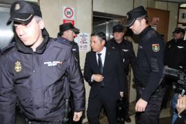 El abogado Francisco José Carvajal, custodiado por numerosos policías