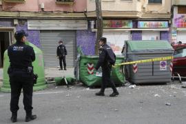 Cuatro heridos al explotar un contenedor en Pere Garau al lanzar un jubilado productos químicos