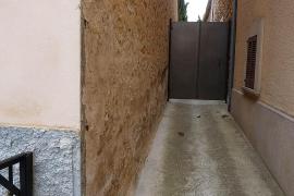 Denuncian el cierre irregular del callejón de la calle Muntanya en Consell
