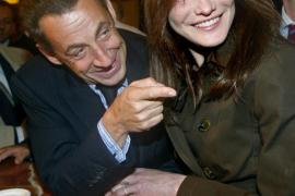 Sarkozy y Bruni acudirán a la Justicia por revelaciones sobre su intimidad