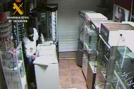 Detenidos tres jóvenes por una oleada de robos en comercios del Port d'Alcúdia