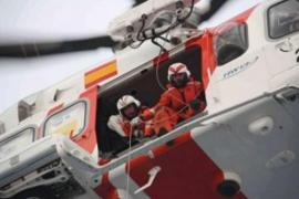 Rescatados los tres tripulantes de un velero incendiado cerca de Maó