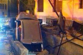 Un conductor ebrio empotra su coche en una boca de metro de Madrid