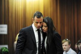 La novia de Pistorius estaba en posición defensiva cuando murió, según la Policía