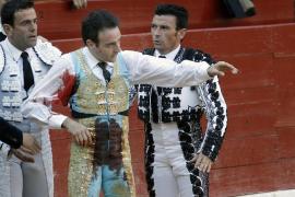 Enrique Ponce pasa la noche con molestias, pero evoluciona bien de la cornada