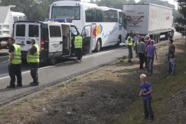 Un autocar de turistas choca contra un trailer en la autopista de Inca